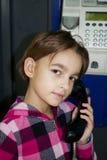 Μικρό κορίτσι σε ένα τηλεφωνικό κιβώτιο Στοκ εικόνες με δικαίωμα ελεύθερης χρήσης