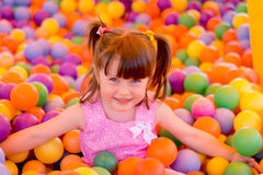 Μικρό κορίτσι σε ένα δωμάτιο παιχνιδιού των παιδιών Στοκ εικόνα με δικαίωμα ελεύθερης χρήσης