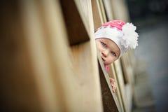 Μικρό κορίτσι σε μια γέφυρα για πεζούς στοκ εικόνα