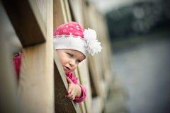 Μικρό κορίτσι σε μια γέφυρα για πεζούς στοκ εικόνα με δικαίωμα ελεύθερης χρήσης