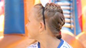 Μικρό κορίτσι σε μια διογκώσιμη θερινή παιδική χαρά δραστηριότητας απόθεμα βίντεο