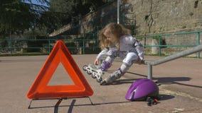 Μικρό κορίτσι σε μια παιδική χαρά φιλμ μικρού μήκους