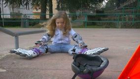 Μικρό κορίτσι σε μια παιδική χαρά απόθεμα βίντεο
