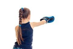 Μικρό κορίτσι στα μπλε γάντια που ασκεί εγκιβωτίζοντας τις δεξιότητες Στοκ εικόνα με δικαίωμα ελεύθερης χρήσης