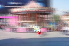 Μικρό κορίτσι στα ουκρανικά ενδύματα παράδοσης που στέκονται στην περιστροφή Στοκ εικόνες με δικαίωμα ελεύθερης χρήσης
