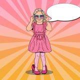 Μικρό κορίτσι στα παπούτσια και τα γυαλιά ηλίου μητέρων χρυσό μοντέλο μόδας φορεμ Λαϊκή απεικόνιση τέχνης διανυσματική απεικόνιση