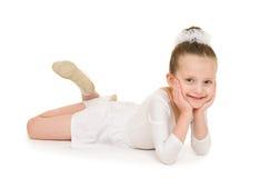 Μικρό κορίτσι στην άσπρη εσθήτα σφαιρών Στοκ φωτογραφία με δικαίωμα ελεύθερης χρήσης