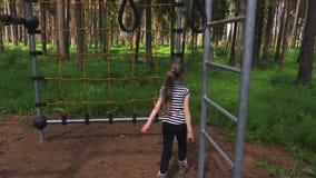 Μικρό κορίτσι στην αναρρίχηση σχοινιών καθαρή απόθεμα βίντεο