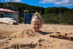 Μικρό κορίτσι στην ηλιόλουστη ακτή Στοκ Φωτογραφία
