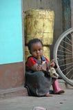 Μικρό κορίτσι στην οδό Zanzibar στοκ εικόνες