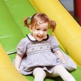 Μικρό κορίτσι στην παιδική χαρά Στοκ Εικόνες