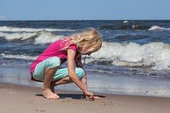 Μικρό κορίτσι στην παραλία στοκ εικόνες με δικαίωμα ελεύθερης χρήσης