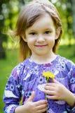 Μικρό κορίτσι στην πράσινη χλόη με camomile στοκ εικόνες με δικαίωμα ελεύθερης χρήσης