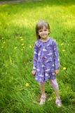 Μικρό κορίτσι στην πράσινη χλόη στοκ φωτογραφίες με δικαίωμα ελεύθερης χρήσης
