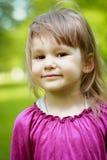 Μικρό κορίτσι στην πράσινη χλόη στοκ εικόνες
