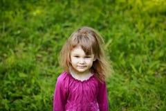 Μικρό κορίτσι στην πράσινη χλόη στοκ εικόνα με δικαίωμα ελεύθερης χρήσης