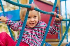 Μικρό κορίτσι στην προσανατολισμένος στη δράση παιδική χαρά στοκ εικόνες με δικαίωμα ελεύθερης χρήσης