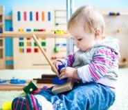 Μικρό κορίτσι στην πρόωρη ανάπτυξη τάξεων Στοκ φωτογραφίες με δικαίωμα ελεύθερης χρήσης