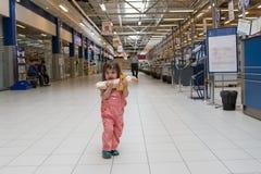 Μικρό κορίτσι στην υπεραγορά Στοκ φωτογραφία με δικαίωμα ελεύθερης χρήσης