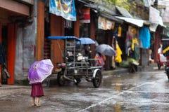 Μικρό κορίτσι στη βροχή επάνω Στοκ φωτογραφία με δικαίωμα ελεύθερης χρήσης
