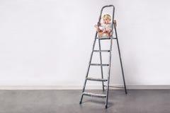 Μικρό κορίτσι στη σκάλα στοκ εικόνα με δικαίωμα ελεύθερης χρήσης