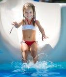 Μικρό κορίτσι στο aquapark Στοκ φωτογραφία με δικαίωμα ελεύθερης χρήσης