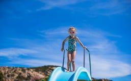 Μικρό κορίτσι στη φωτογραφική διαφάνεια νερού στο aquapark στο καλοκαίρι Στοκ Εικόνα