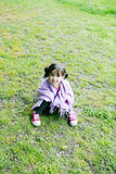 Μικρό κορίτσι στη χλόη Στοκ φωτογραφία με δικαίωμα ελεύθερης χρήσης