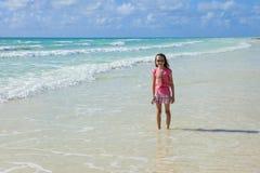 Μικρό κορίτσι στις Καραϊβικές Θάλασσες στοκ εικόνες