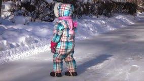 Μικρό κορίτσι στον πάγο απόθεμα βίντεο
