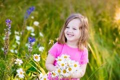 Μικρό κορίτσι στον τομέα λουλουδιών μαργαριτών Στοκ Φωτογραφία