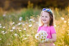 Μικρό κορίτσι στον τομέα λουλουδιών μαργαριτών Στοκ Εικόνα