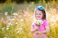 Μικρό κορίτσι στον τομέα λουλουδιών μαργαριτών Στοκ εικόνα με δικαίωμα ελεύθερης χρήσης