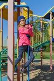 Μικρό κορίτσι στον υπαίθριο εξοπλισμό παιδικών χαρών Στοκ εικόνες με δικαίωμα ελεύθερης χρήσης