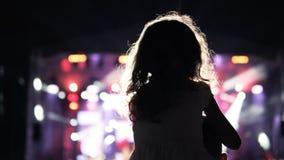 Μικρό κορίτσι στον ώμο πατέρων της ` s που προσέχει και ενθαρρυντικό στο ακροατήριο Στοκ φωτογραφία με δικαίωμα ελεύθερης χρήσης