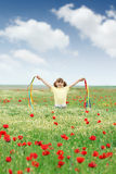 Μικρό κορίτσι στο άγριο λιβάδι λουλουδιών Στοκ εικόνες με δικαίωμα ελεύθερης χρήσης