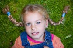 Μικρό κορίτσι στο βρύο στοκ εικόνες