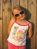 Μικρό κορίτσι στο γυαλί στο υπόβαθρο του φράκτη στοκ φωτογραφίες