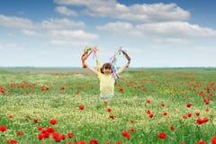 Μικρό κορίτσι στο λιβάδι άνοιξης Στοκ εικόνα με δικαίωμα ελεύθερης χρήσης
