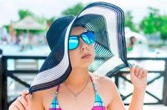 Μικρό κορίτσι στο καπέλο και γυαλιά στο θέρετρο Στοκ εικόνες με δικαίωμα ελεύθερης χρήσης