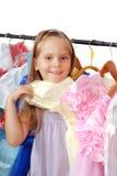 Μικρό κορίτσι στο κατάστημα των φορεμάτων. στοκ φωτογραφία