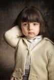 Μικρό κορίτσι στο κατασκευασμένο υπόβαθρο Στοκ εικόνα με δικαίωμα ελεύθερης χρήσης