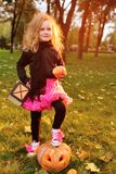 μικρό κορίτσι στο κοστούμι καρναβαλιού με την κολοκύθα που γιορτάζει αποκριές στοκ εικόνα με δικαίωμα ελεύθερης χρήσης