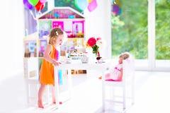 Μικρό κορίτσι στο κόμμα τσαγιού κουκλών Στοκ εικόνα με δικαίωμα ελεύθερης χρήσης