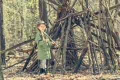 Μικρό κορίτσι στο ξύλο κοντά στην καλύβα Στοκ Φωτογραφίες