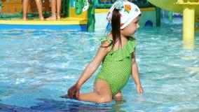Μικρό κορίτσι στο πάρκο νερού απόθεμα βίντεο