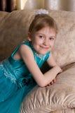 Μικρό κορίτσι στο πορτρέτο φορεμάτων διακοπών στοκ εικόνες