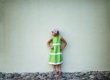Μικρό κορίτσι στο πράσινο φόρεμα στοκ εικόνες