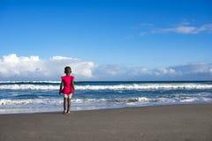 Μικρό κορίτσι στο ροζ στην παραλία Στοκ Εικόνα