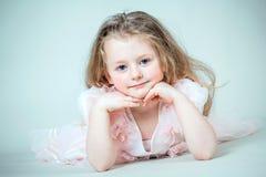 Μικρό κορίτσι στο ρόδινο φόρεμα στοκ φωτογραφίες